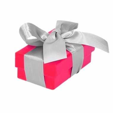 Goedkope roze cadeaudoosje zilveren strik